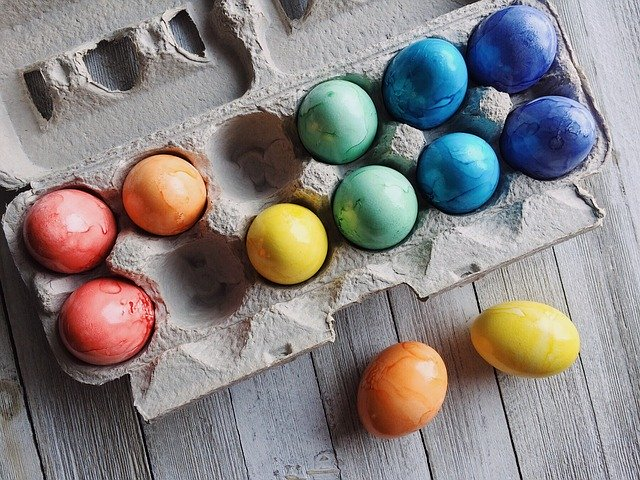Wielkanocne DIY – naturalne barwniki do jajek