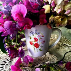 kubek z kwiatami groszku pachnącego